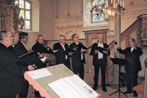 Einen kurzweiligen Konzertabend in der Lindenberger Kirche bescherte der Klenzer Männerchor den Gästen. Die Herren  verzichteten auf die Gage und riefen stattdessen zu Spenden auf.   FOTO: JANA OTTO